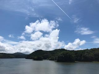湖と飛行機雲